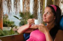 кофейная чашка бунгала имея детенышей женщины Стоковое Изображение RF
