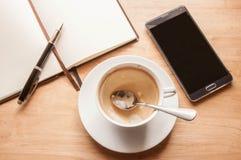 Кофейная чашка взгляд сверху на рабочий день настольного компьютера Стоковое Фото