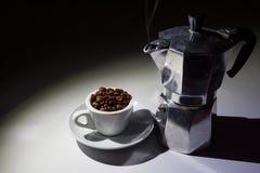 Кофейная чашка вполне зажаренных в духовке кофейных зерен и бака кофе moka Стоковые Фотографии RF
