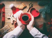 кофейная чашка вручает удерживание Стоковые Изображения RF