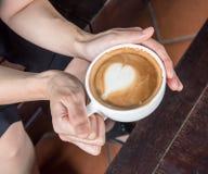 Кофейная чашка владением руки красивая Стоковое фото RF