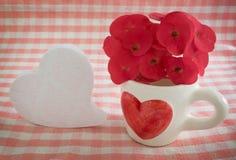 Кофейная чашка в теме влюбленности стоковые фотографии rf