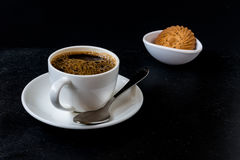 Кофейная чашка изолированная на черной предпосылке стоковые фото