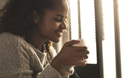 кофейная чашка имея женщину Стоковые Изображения