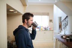 кофейная чашка имея человека Стоковые Фотографии RF