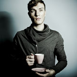 кофейная чашка имея человека Стоковые Изображения