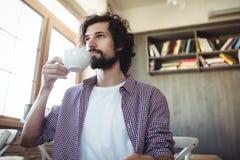кофейная чашка имея человека Стоковая Фотография