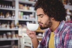 кофейная чашка имея человека Стоковые Фото