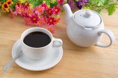 Кофейная чашка и бак на деревянной предпосылке стоковое фото rf