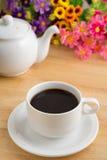Кофейная чашка и бак на деревянном столе стоковое фото rf