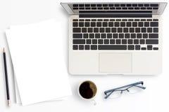 Кофейная чашка и белая бумага стола офиса на белой предпосылке Стоковые Изображения RF