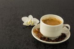 Кофейная чашка и белая орхидея Стоковые Фотографии RF