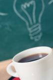 Кофейная чашка и идея дела на деревянном столе Стоковое Изображение