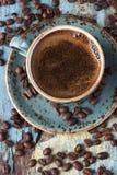 Кофейная чашка и кофейные зерна взгляд сверху Стоковые Фотографии RF