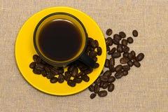 Кофейная чашка и кофейные зерна взгляд сверху Стоковые Изображения RF