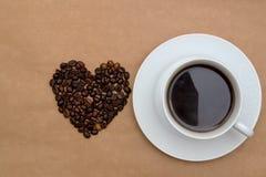 Кофейная чашка и кофейные зерна в форме сердца Стоковое Изображение
