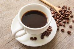 Кофейная чашка и кофейные зерна Стоковые Изображения RF