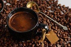 Кофейная чашка и кофейные зерна Стоковые Изображения