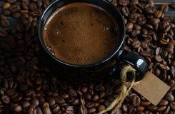 Кофейная чашка и кофейные зерна Стоковое Изображение