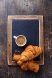 Кофейная чашка и круасанты Стоковое Изображение RF