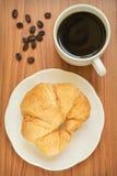 Кофейная чашка и круассан стоковые фотографии rf