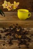 Кофейная чашка и орхидея, вертикальные Стоковая Фотография