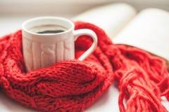 Кофейная чашка и открытая книга Стоковое фото RF