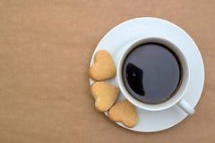 Кофейная чашка и печенья в форме сердца Стоковое Изображение RF
