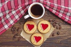 Кофейная чашка и печенья с вареньем клубники Стоковая Фотография