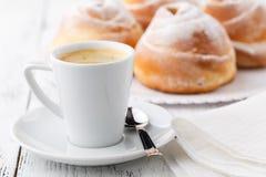 Кофейная чашка и печенья с открытым космосом Стоковые Изображения