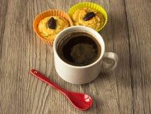 Кофейная чашка и 2 пирожного на деревянной предпосылке Стоковые Изображения RF