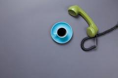 Кофейная чашка и ретро телефон шкалы Стоковое Изображение RF