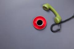 Кофейная чашка и ретро телефон шкалы Стоковое Изображение