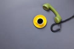 Кофейная чашка и ретро телефон шкалы Стоковые Фото