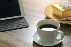 Кофейная чашка и таблица цифров стыкуют умную клавиатуру, подарочную коробку a золота Стоковое Фото