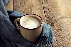 Кофейная чашка и теплый шарф Стоковое Изображение