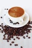 Кофейная чашка и фасоли, белая предпосылка натюрморт на одежде таблицы Стоковая Фотография RF