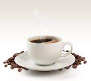 Кофейная чашка и фасоли на белой предпосылке (пути клиппирования). Стоковые Изображения RF