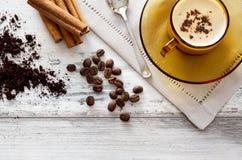 Кофейная чашка и фасоли на деревянном столе Стоковое Фото