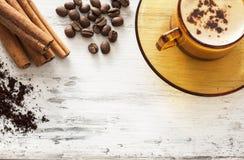 Кофейная чашка и фасоли на деревянном столе Стоковая Фотография RF