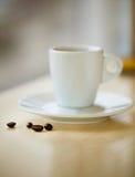 Кофейная чашка и фасоли с кусковым сахаром Стоковые Фото