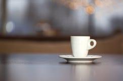 Кофейная чашка и фасоли с кусковым сахаром Стоковые Фотографии RF