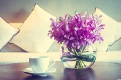 Кофейная чашка и цветок вазы Стоковое фото RF