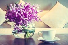 Кофейная чашка и цветок вазы Стоковое Изображение