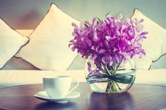 Кофейная чашка и цветок вазы Стоковая Фотография RF