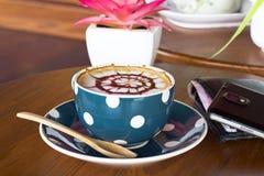Кофейная чашка и smartphone Стоковое фото RF