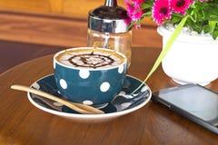 Кофейная чашка и smartphone Стоковое Изображение RF