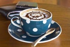 Кофейная чашка и smartphone Стоковая Фотография RF