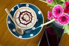 Кофейная чашка и smartphone Стоковое Фото