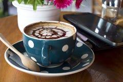 Кофейная чашка и smartphone Стоковая Фотография
